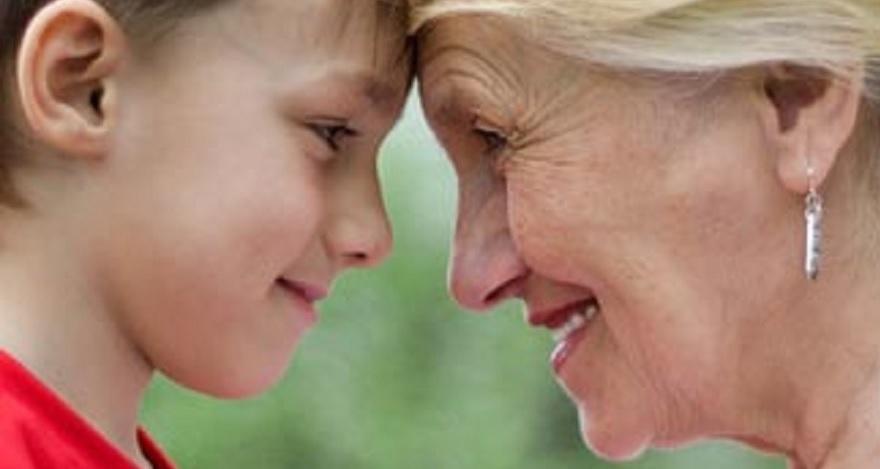 Jongen en oma met voorhoofd tegen elkaar aan